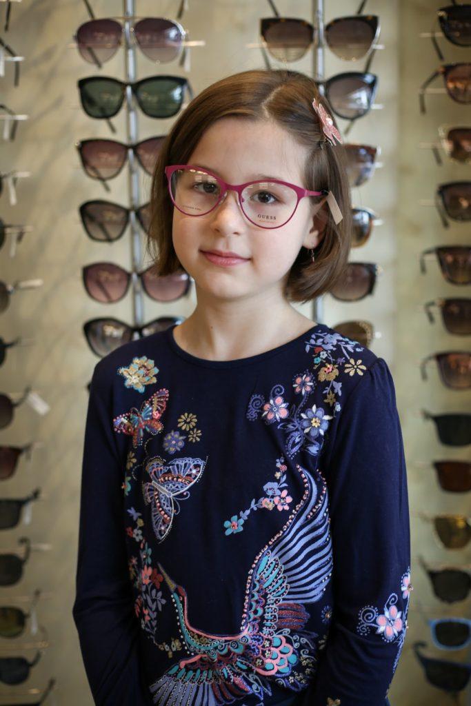 Dete sa dioptrijskim naočarama