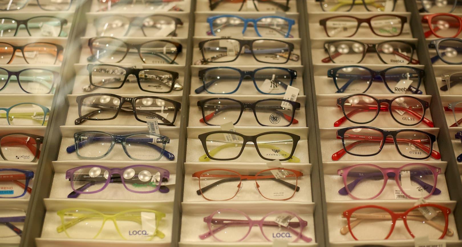 Dioptrijske naočare različitih boja, veličina i brendova