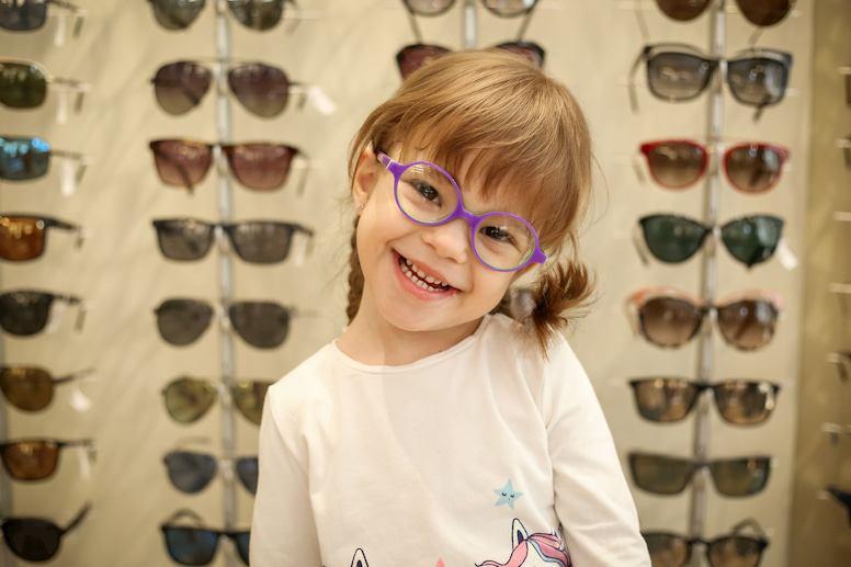 Devojčica sa dioptrijskim naočarama